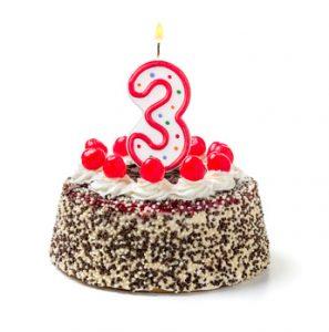 Geburtstagstorte mit brennender Kerze Nummer 3