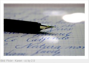 Federhalter liegt auf beschriebenem Papier, Bild: Flickr, Karen - cc by 2.0