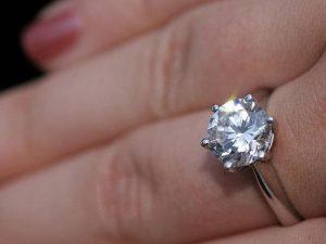 Diamantring an einer Hand