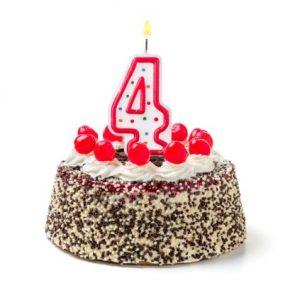 Geburtstagstorte mit einer Vier