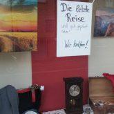 Schaufenster dekoriert mit Fotos und Reiseutensilien